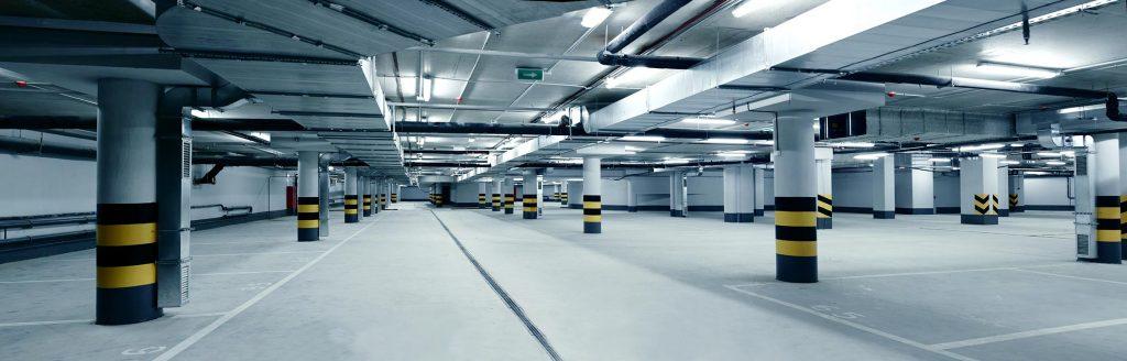 Image d'un stationnement intérieur propre
