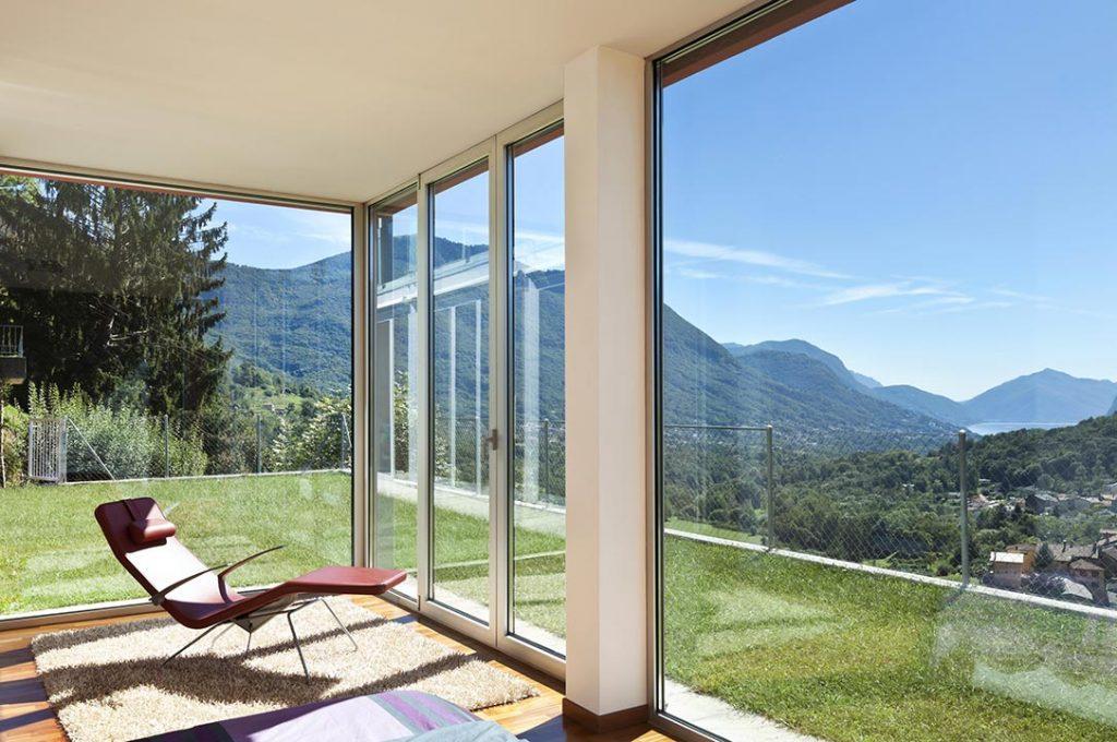 Salon, image intérieure, fenêtres, vue sur montagnes